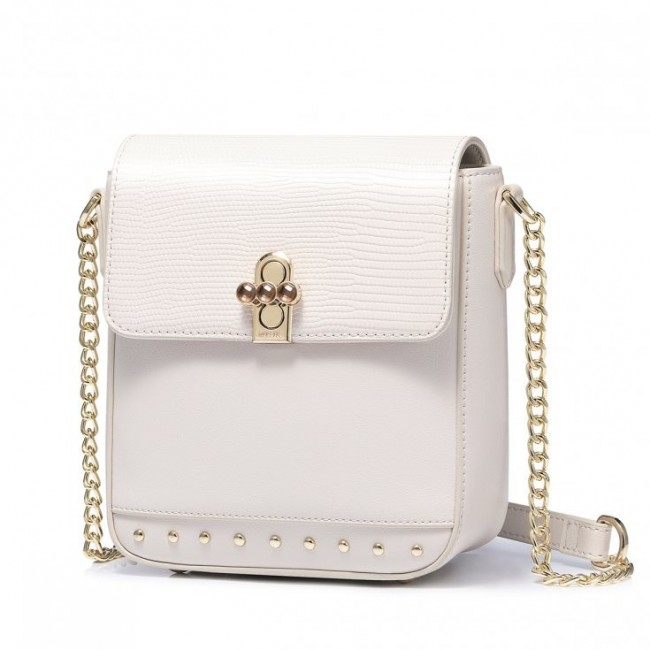 Biała torebka z łańcuszkiem w kształcie kuferka zapinana na zatrzask
