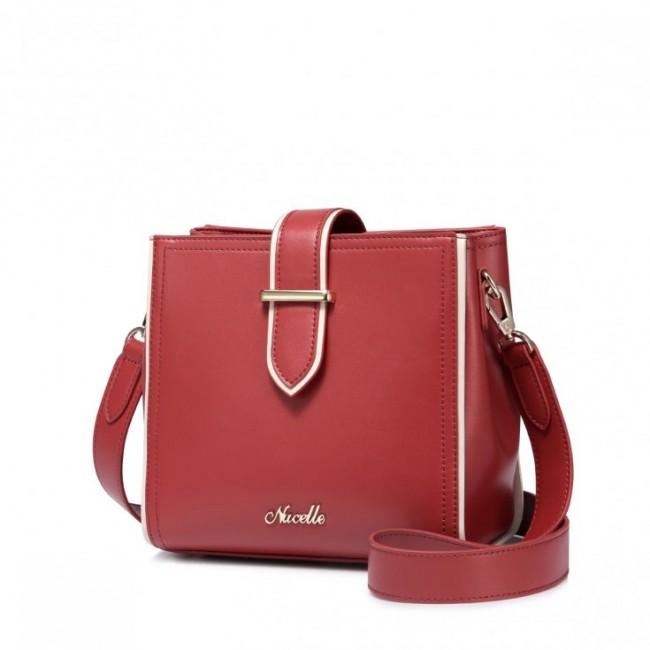 Czerwona torebka w kształcie kuferka na ramię firmy Nucelle